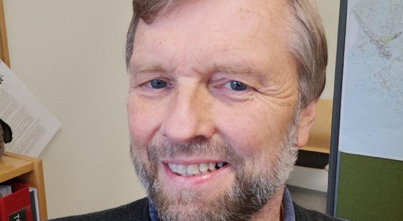 Over en åpen Bibel med Knut Olav Raen (E1945)